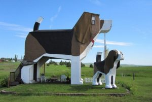 This gigantic beagle is the Dog bark Inn located in Cottonwood, Idaho. The little bed and breakfast can house up to four people.